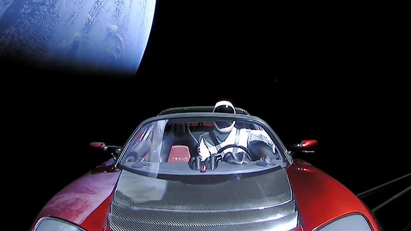 """Elon Musk publica la """"última foto"""" tomada desde el auto Tesla enviado al espacio"""