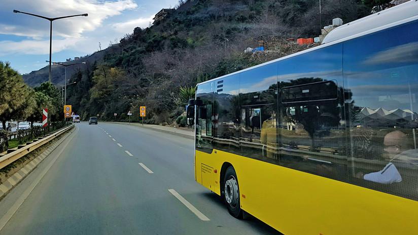 Conductor de un autobús muere mientras maneja y casi provoca una tragedia (FUERTE VIDEO)