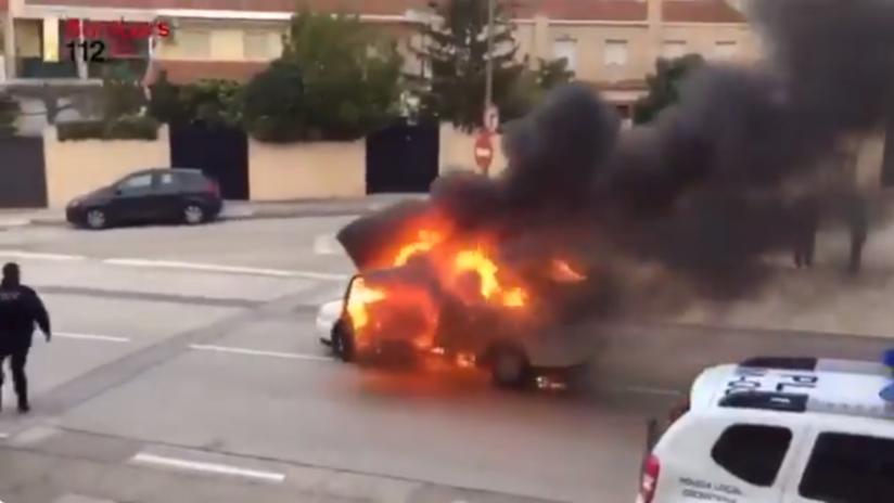 VIDEO: Un coche en llamas 'huye' de los bomberos