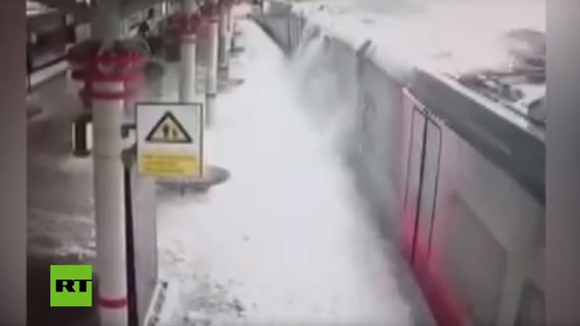VIDEO: Un alud de nieve cae violentamente sobre un andén ferroviario en Moscú