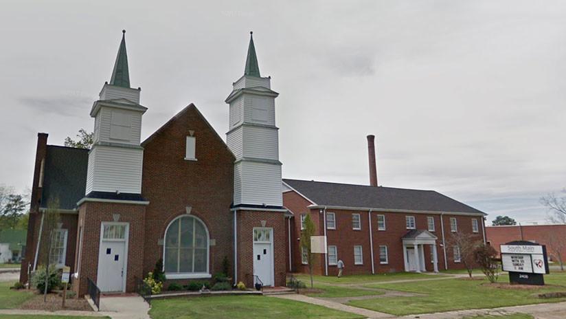 Una mujer estadounidense sale de una iglesia y se arranca los ojos