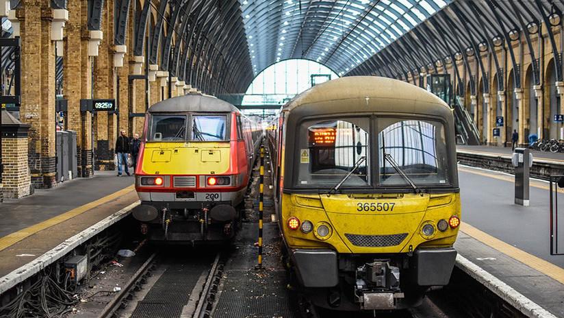 ¿Fallo en Matrix? Fotografian a tres 'clones' de camino al trabajo en Londres (FOTO)