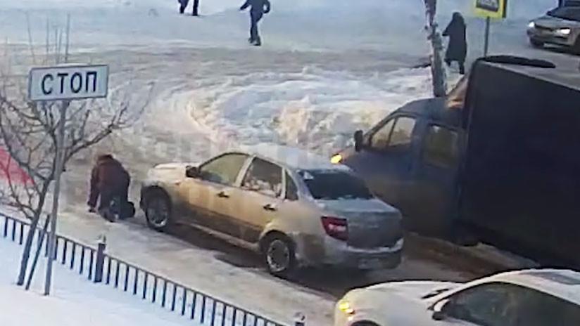 VIDEO: Un conductor ve caer a una mujer y la atropella con su coche