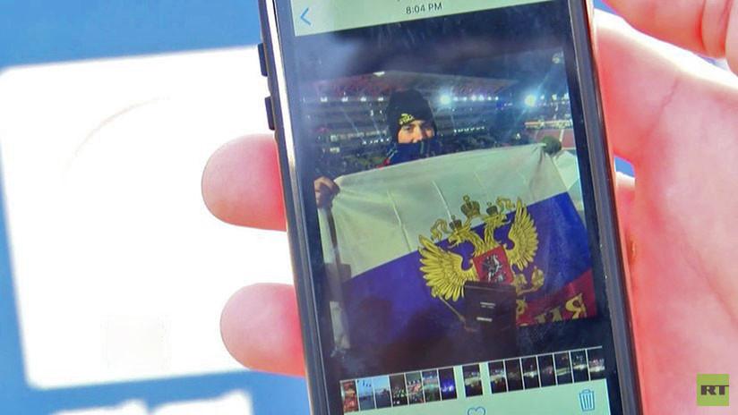 Un hincha de EE.UU. posa con la bandera rusa durante la apertura de los JJ.OO. y se hace viral