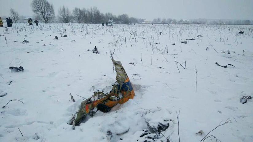 FOTOS 18+: Difunden las primeras imágenes desde el lugar del accidente del avión ruso An-148