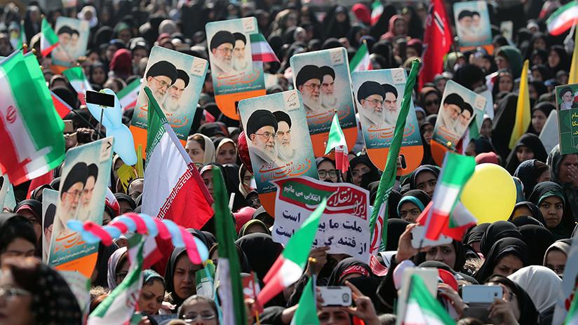 FOTO: Irán exhibe en las calles un misil balístico para conmemorar el aniversario de la Revolución