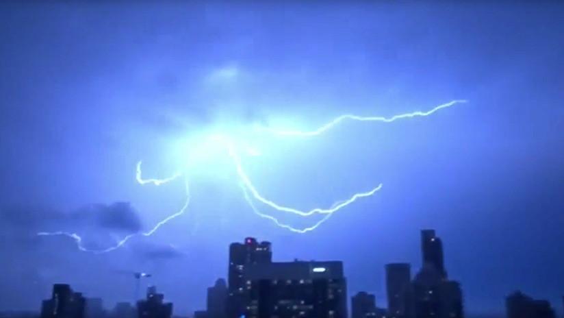 VIDEO: Cientos de miles de poderosos rayos alumbran el cielo nocturo de Australia