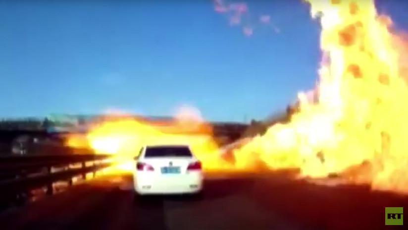 VIDEO: Autopista china se convierte en un infierno de fuego por un derrame de gas