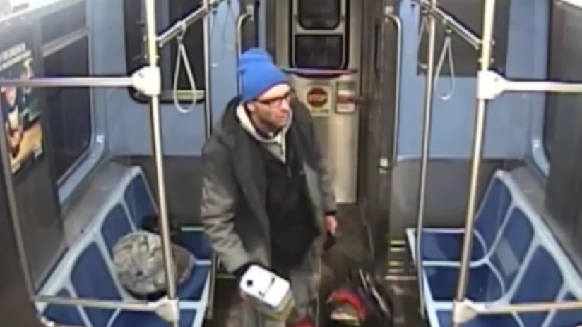 Un vagabundo se prende fuego en un tren de Chicago mientras es detenido por dos policías (VIDEO)
