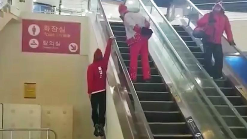 """""""¿Lo estoy haciendo bien?"""": Este atleta sube unas escaleras mecánicas al estilo Superman (VIDEO)"""