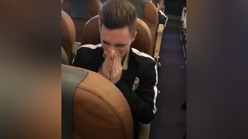 VIDEO: Un futbolista se suena la nariz con un billete de alta denominación y lo tira al suelo