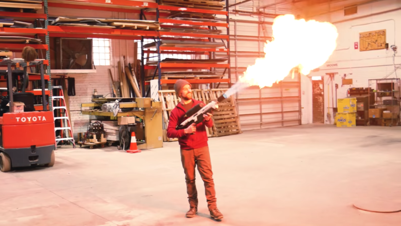 VIDEO: Así se convierte un rifle neumático en el lanzallamas 'antizombi' de Musk