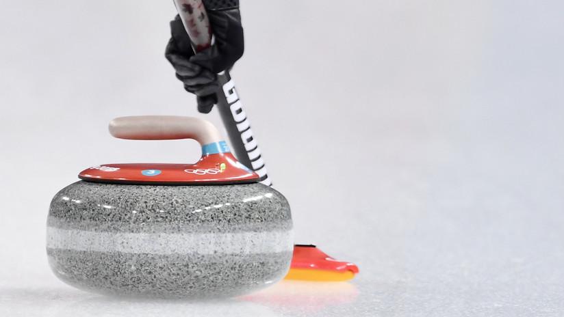 VIDEO: Aspiradora contra mopa o cómo practicar curling en casa