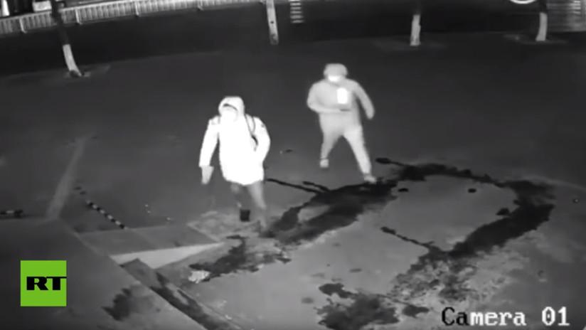 VIDEO: El ladrón más torpe del siglo deja inconsciente a su compinche en pleno robo en Shanghái