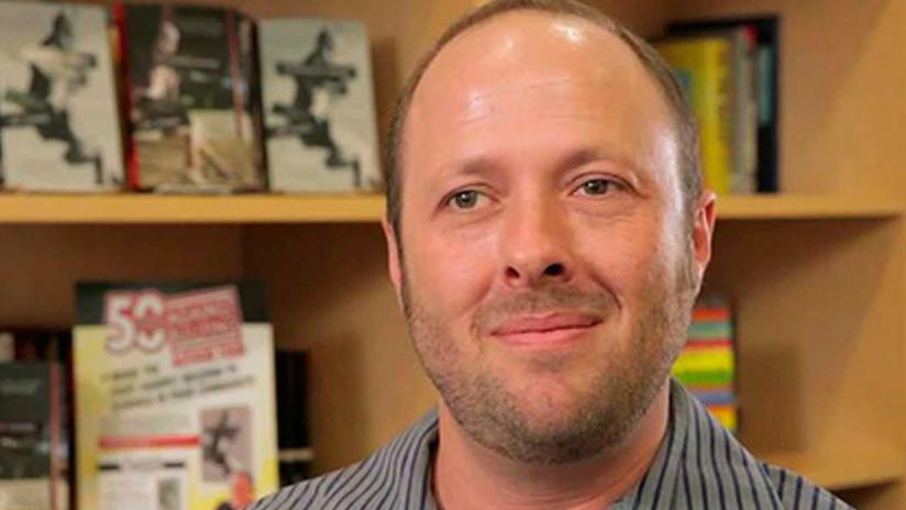 El autor del 'bestseller' sobre acoso sexual 'Por trece razones' es acusado de abusos