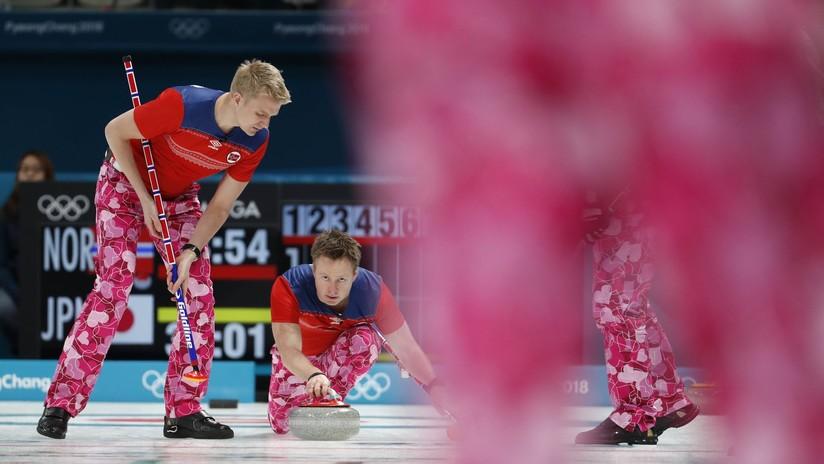 Equipo olímpico luce uniforme de corazones por el Día de San Valentín (FOTOS)