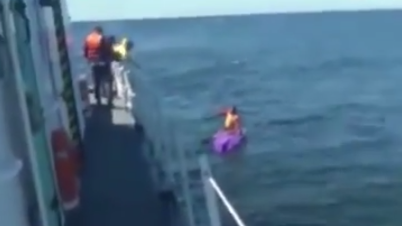 VIDEO: Buque de la Armada argentina rescata a un kayakista que pasó 2 días a la deriva en el océano