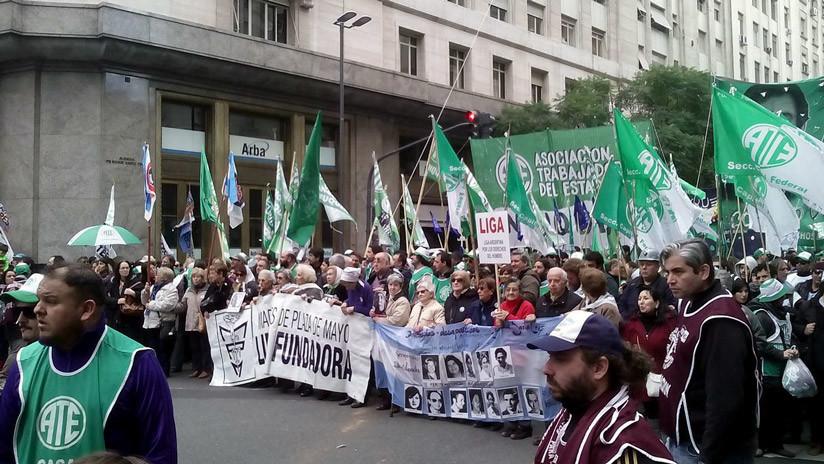 Despidos y emergencia alimentaria: sindicatos y movimientos sociales protestan en Argentina