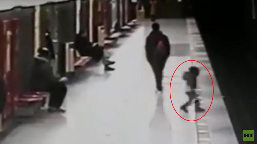 VIDEO IMPACTANTE: Un niño de dos años cae a las vías del metro de Milán