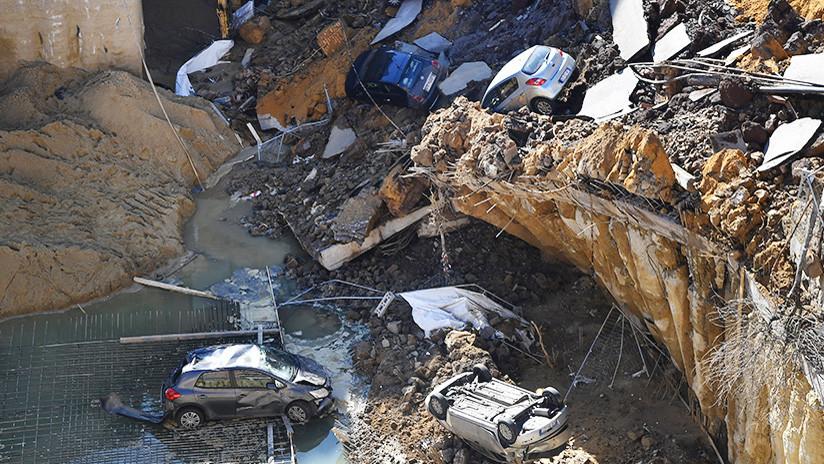 VIDEO, FOTOS: Un socavón gigante 'se traga' coches en Roma