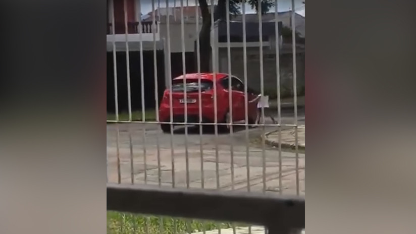 VIDEO: Una mujer abandona a su hija de 5 años en la calle pese a los gritos y acelera su coche