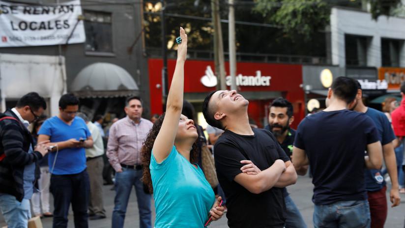 VIDEO: Violinista calma al público en la Ciudad de México con su música durante el sismo