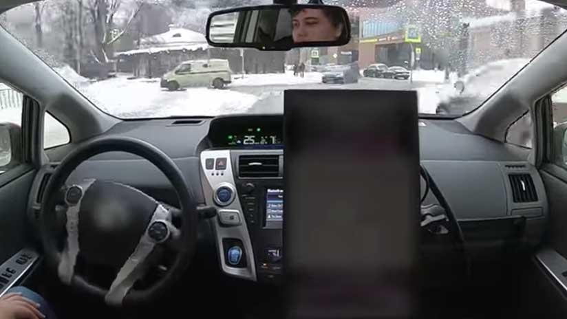 VIDEO: Un auto sin conductor de la empresa rusa Yandex circula por las calles nevadas de Moscú