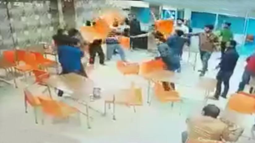 VIDEO 18+: Matan con sillas y tubos a un joven en una feroz riña en un restaurante indio