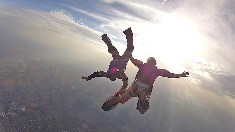 Un instructor de paracaidismo murió salvando a un alumno cuyo equipo falló durante el salto