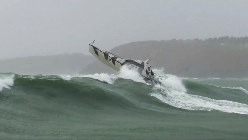 Imposible de volcar: Esta embarcación surca las olas como si nada