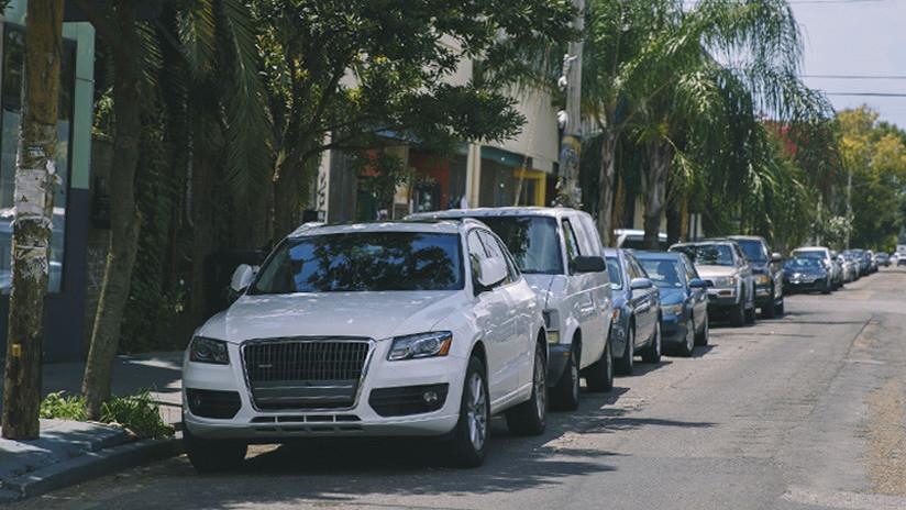 VIDEO: Un coche 'flota' para salir de un estacionamiento en Brasil