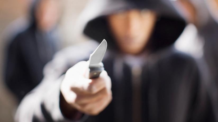 Reino Unido: Veterano de guerra de 88 años salva a una mujer de 5 ladrones armados con cuchillos