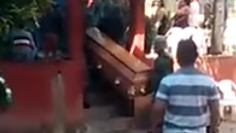 FUERTE VIDEO: Soldados mexicanos dejan caer ataúd de víctima del accidente aéreo en Oaxaca