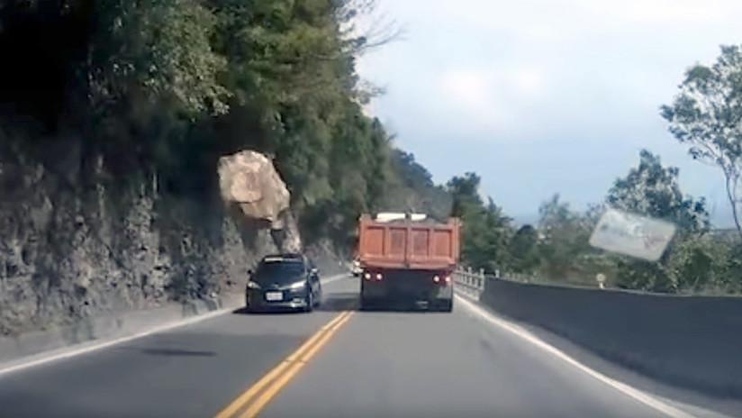 VIDEO: Una roca gigante cae a escasos centímetros de un coche en plena ruta