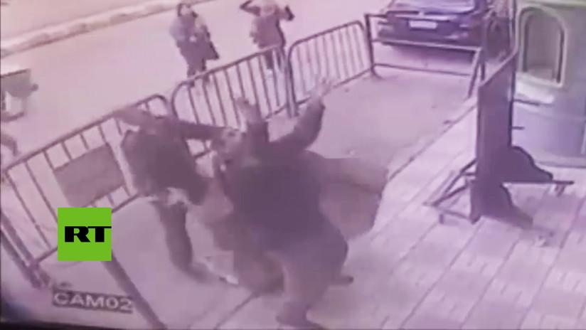 VIDEO: Un policía atrapa a un niño que cayó desde un tercer piso y le salva la vida