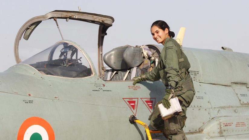 Fotos: La primera piloto de caza de India realiza un vuelo histórico