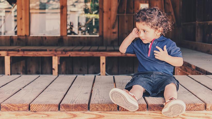 VIDEO: Un niño de pocos años queda encerrado en el balcón de un jardín de infantes argentino