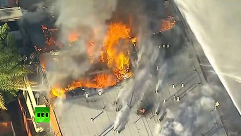 VIDEO: Bomberos tratan de apagar un fuego en un complejo de apartamentos de Los Ángeles