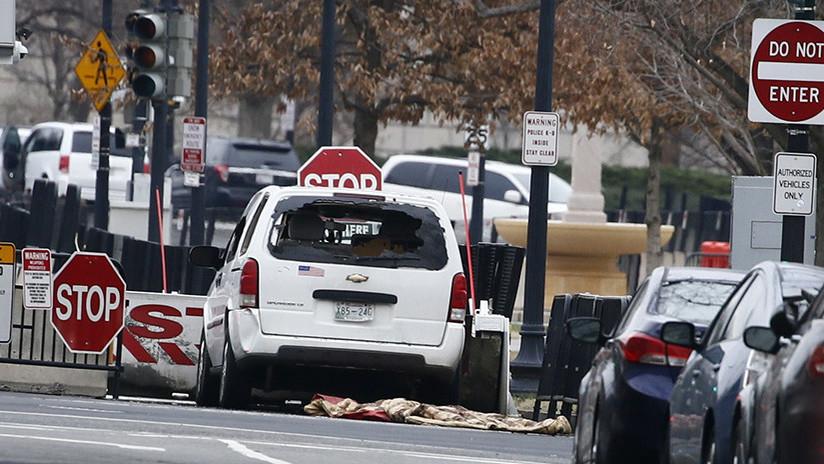 Video: Mujer embiste su vehículo contra una de las barreras de seguridad de la Casa Blanca