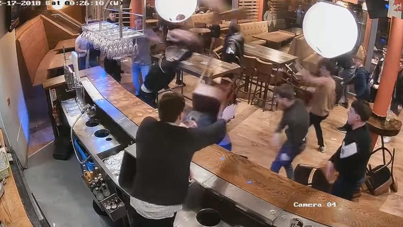 Patadas en la cabeza y sillas volando: graban una brutal pelea masiva en pub británico (VIDEO)