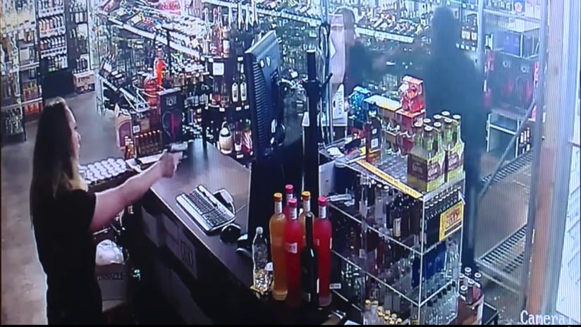 VIDEO: Intenta robar una tienda de alcohol pero es baleado por la propietaria