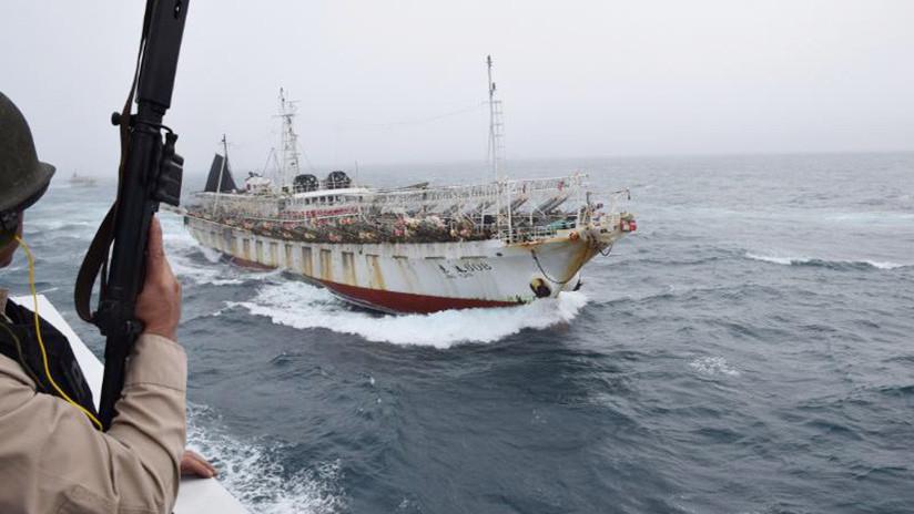 Video: Un barco chino pesca ilegalmente en Argentina y los guardacostas abren fuego