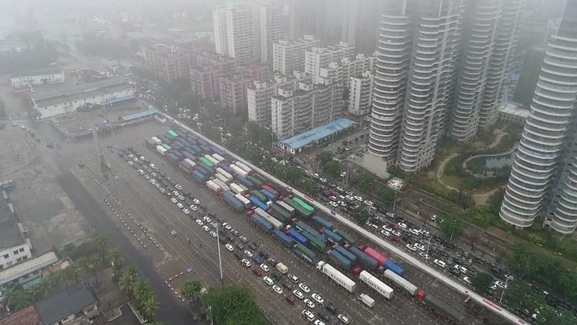 VIDEO: Decenas de miles de chinos, atrapados en un gigantesco atasco por una densa niebla