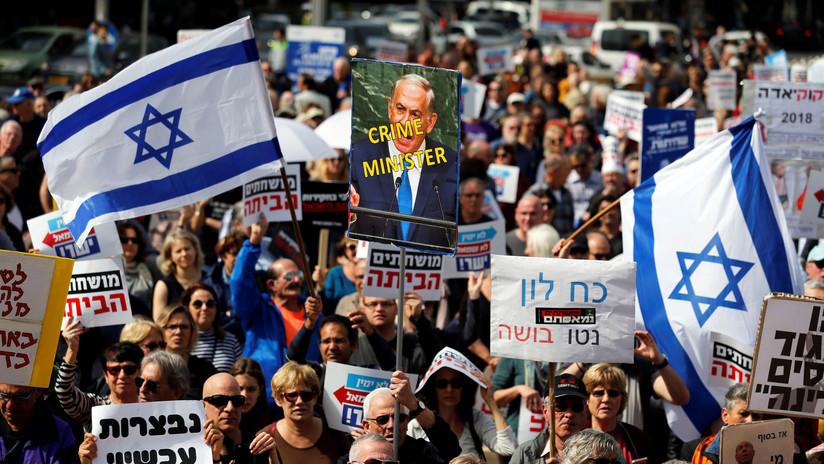 'Bibi, vete a casa': Cientos de israelíes protestan contra Netanyahu por acusaciones de corrupción