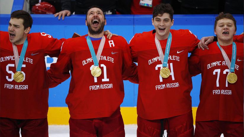 El triunfador equipo ruso de hockey sobre hielo canta el himno nacional a pesar de las prohibiciones