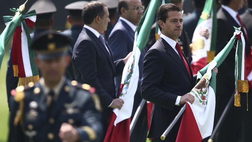 México: Celebran el Día de la Bandera... con la gigantesca enseña izada al revés