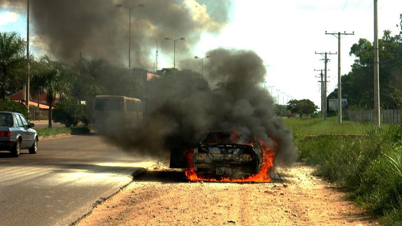 Por los pelos: escapa de su coche poco antes de que este sea consumido por las llamas (FOTOS)