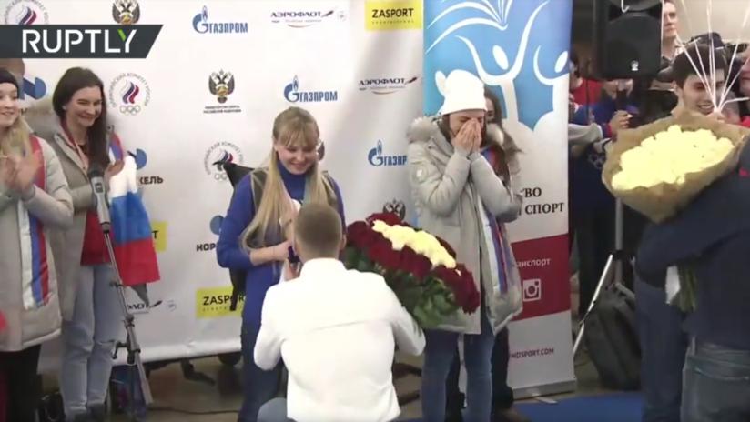 VIDEO: Proponen matrimonio a dos deportistas rusas en pleno aeropuerto tras su regreso de los JJ.OO.
