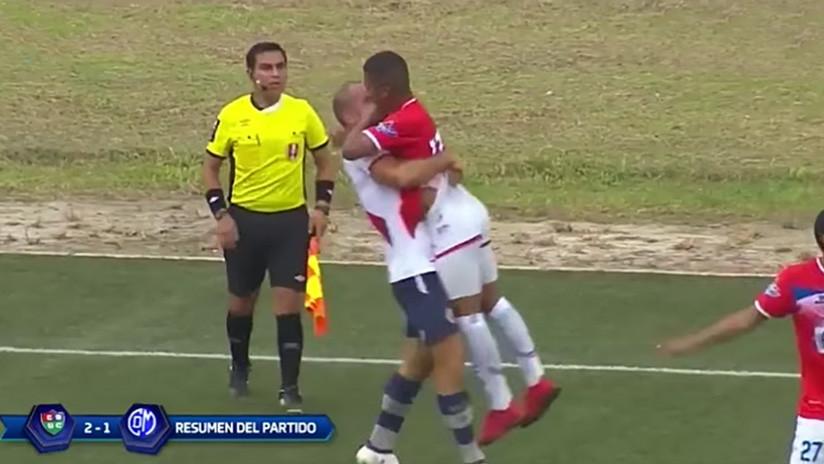 VIDEO: Dos jugadores rivales del fútbol peruano 'se besan' durante una pelea en pleno partido