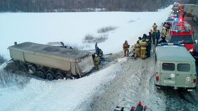 FUERTES IMÁGENES: Nueve muertos en una colisión entre un camión y un microbús en Rusia